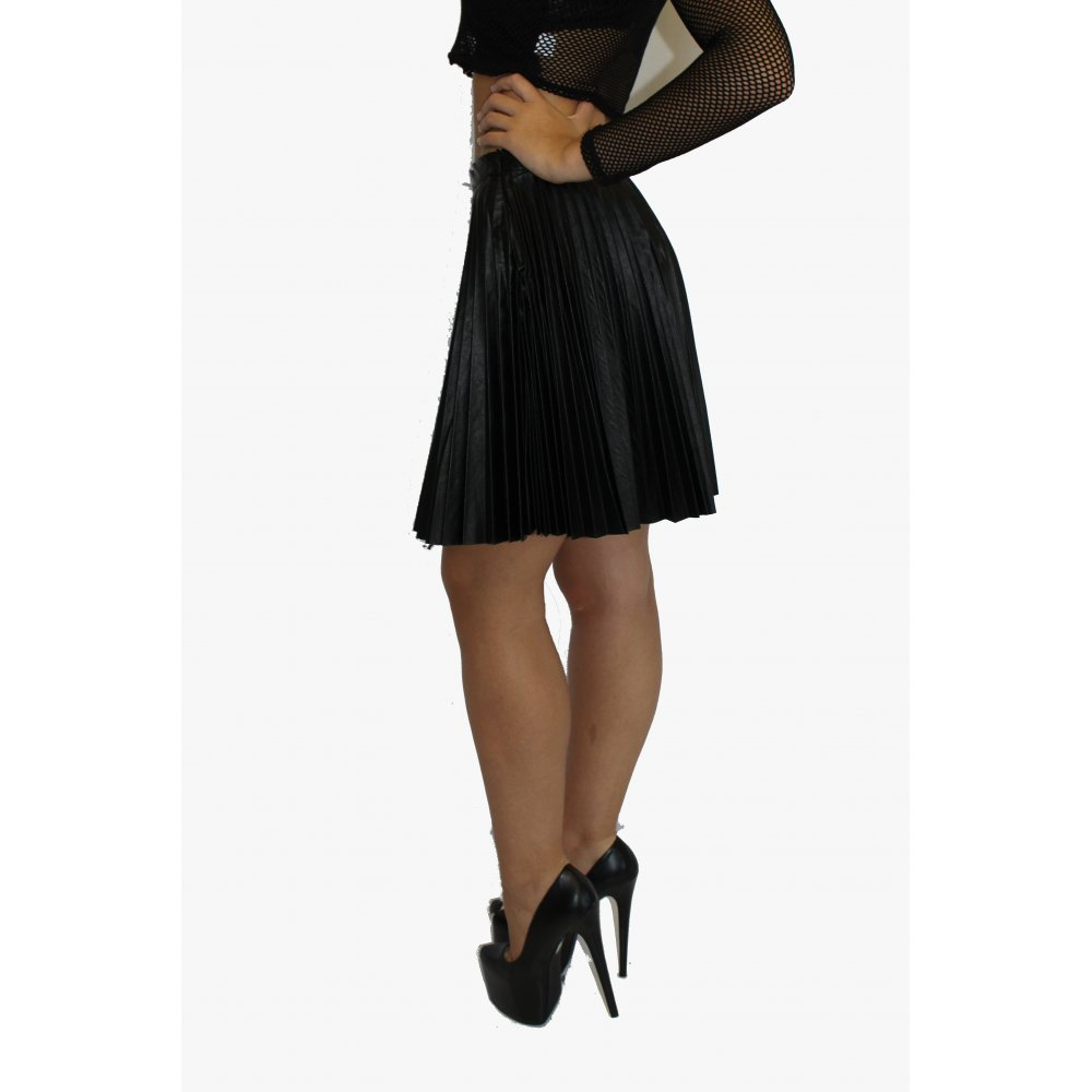 Jul 19, · So, if you want to make your favorite piece look amazing, here are 20 style tips on how to wear skater skirts for any season. 1. For a casual, breezy summer look, go for a loose tank over your skater skirt.